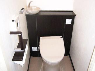 トイレリフォーム 明るいトイレ、パネルには高級感を