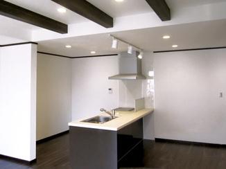キッチンリフォーム 天井に梁のある、対面キッチン