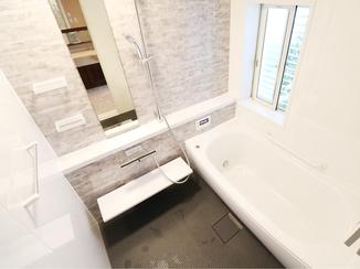 バスルームリフォーム 魔法びん浴槽であったかお風呂。目隠しルーバーで通気性も防犯面もアップ